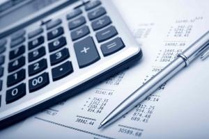 calculadora y cuentas de una administración de fincas